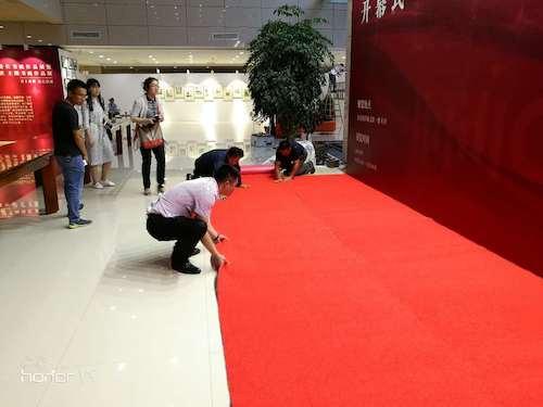 13、物业员工接到紧急任务,图书馆需临时铺设两条7.2米地毯