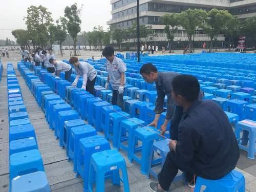 14、12日十佳歌手2800张凳子,13日文艺晚会6500张凳子,仓前物业中心组织50多名员工按图纸要求摆放,每排拉线对齐。