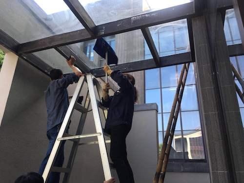18、因顶棚位置比较高,仓前物业维修部协助楼群部清洗顶棚卫生,