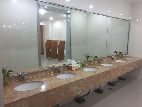 19、重点楼宇24间卫生间实行五星级保洁,精细化管理,每15分钟随时保洁并添置绿色植物,纸巾,洗手液,檀香等,直到晚上2235