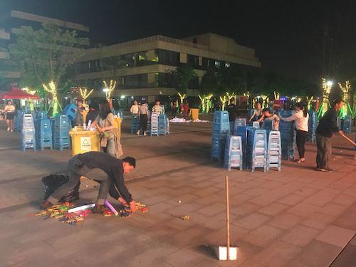 5、13日晩上9点50晚会结束后,清卫绿化部12位员工一起清理文艺晚会现场,收拾萤光捧、节目单、纯净水瓶。