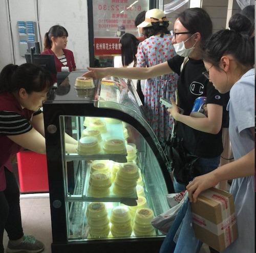 6、商贸中心超市推出的校训乳酪蛋糕深受师生喜爱